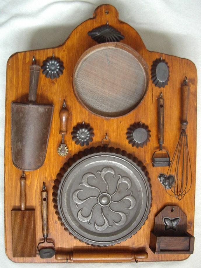 Tavola con vecchi utensili da cucina collezione online for Kit utensili da cucina